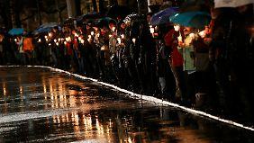 Mit einer Lichterkette protestieren Leipziger gegen Legida.