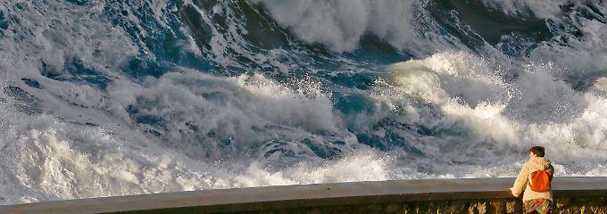 Im spanischen San Sebastian beobachtet ein Mann eine riesige Welle.