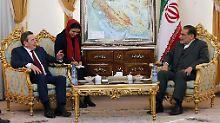 Altkanzler Schröder bei seinem Treffen mit dem Chef des Nationalen Sicherheitsrats: gelöste Stimmung