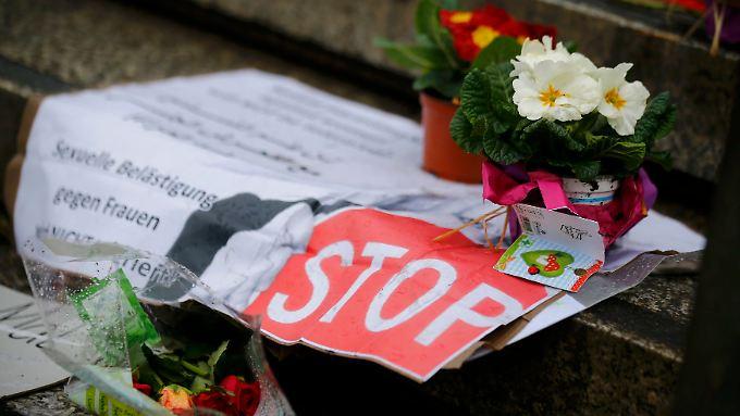 Zettel am Bahnhof in Köln prangern sexuelle Gewalt gegen Frauen an.