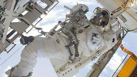 Ein Astronaut bei Außenarbeiten an der ISS.