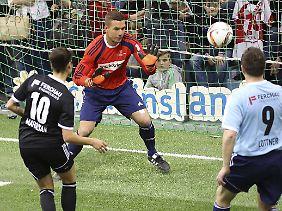 Als Promi im Tor: Lukas Podolski.