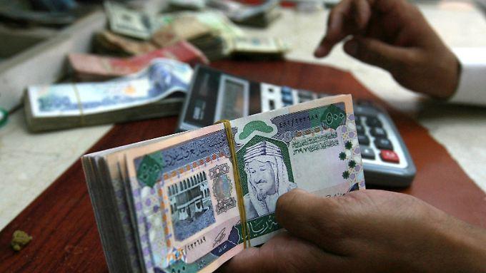 Der offizielle Wechselkurs des Dollar liegt derzeit bei 3,75 Saudi Riyal.