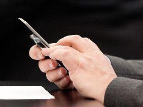 Wird ein Handy dienstlich benutzt, kann es steuerlich abgesetzt werden.