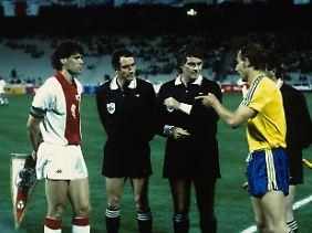 Finale im EC der Pokalsieger 1987: Die Kapitäne von Ajax Amsterdam und Lok Leipzig, Marco van Basten und Frank Baum, vor dem Anpfiff.