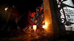 Ein Mann stellt eine Kerze zum Gedenken der Opfer in Istanbul auf.