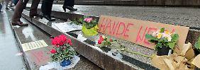 In Gedenken an die Opfer der Kölner Silvesternacht liegen Blumen, Kerzen und Transparente auf den Domtreppen.