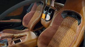 Zwei Reisende und zwei Champagnerflaschen finden im Innenraum des Force One Platz.