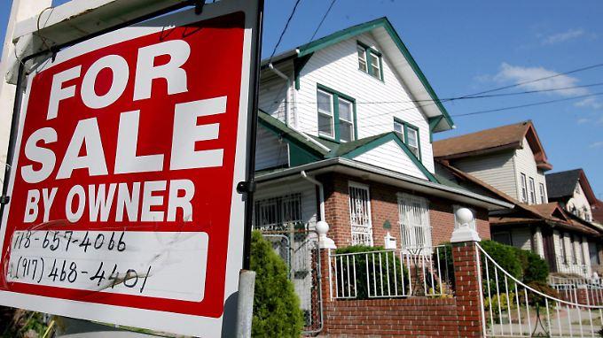 Viele Hausbesitzer konnten ihre Anlagen nicht bedienen. Das gesamte System der komplexen Hypothekenanleihen brach zusammen.