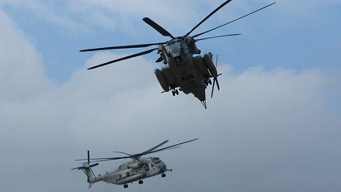 """Zwei CH-53 """"Sea Stallions"""" des US Marine Corps im Anflug auf Oahu (Archivbild)."""