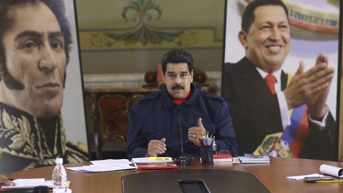 Zwischen Freiheitsheld Bolivar (l.) und Amtsvorgänger Hugo Chavez (r.): Venezuelas Präsident Nicolás Maduro.