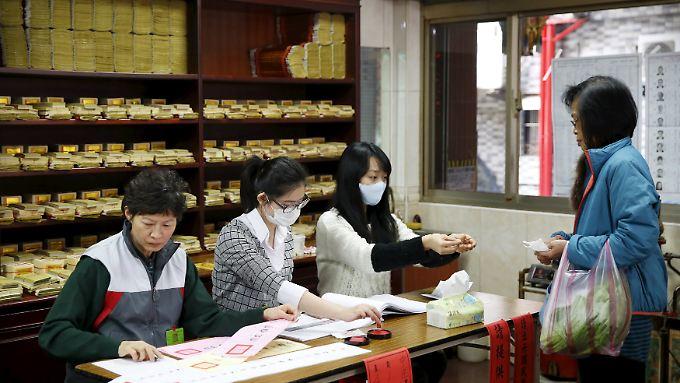 In einem Wahllokal in Taipei, Taiwan.