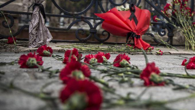 Rote Nelken erinnern in Istanbul an die Opfer des Anschlags vom vergangenen Dienstag.