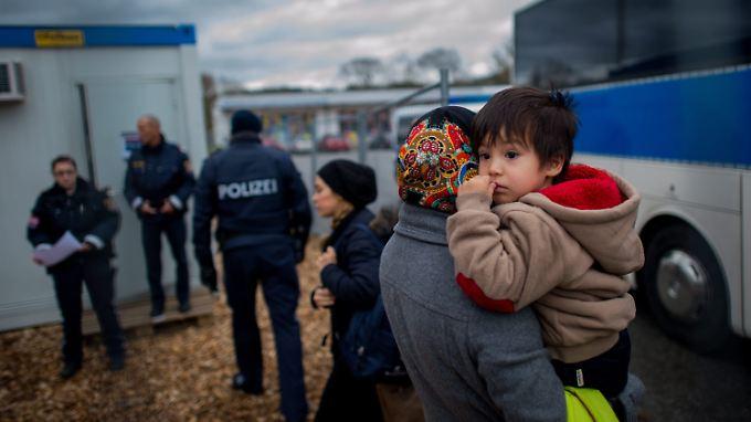Flüchtlinge im österreichischen Schärding nach ihrer Rücksendung aus Deutschland