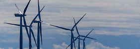 """Windräder des Offshore-Windparks """"Baltic 2"""" in der Ostsee vor der Insel Rügen."""
