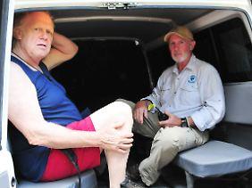 Und tschüss:Gunter Gabriel (l.) hat sich von Dr. Bob aus dem Camp kutschieren lassen.