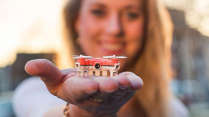 Die Skeye-Naono-Drohne mit Kamera passt in jede Handfläche.