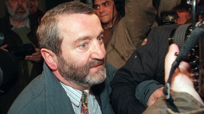 Wolfgang Schnur im Jahr 1996 auf dem Weg zu einem Gerichtstermin.