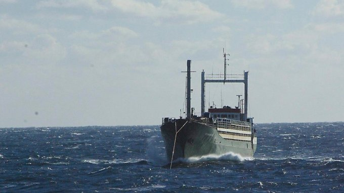"""Die """"Ezadeen"""" ist eines der sogenannten Geisterschiffe, mit denen Schleuser Flüchtlinge über das Mittelmeer transportieren."""
