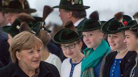 Merkel zu Gast in Wildbad Kreuth: Gauck mahnt offene Debatte über Grenzschließungen an