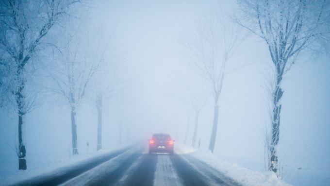 Bei eisigen Temperaturen hat ein 25-Jähriger den Diebstahl seines Autos verhindert. Dabei war er nur mit einer Unterhose bekleidet.