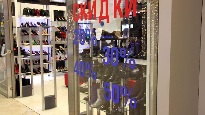 Viele russische Geschäfte locken selbst mit großen Rabattaktionen keine Kunden mehr an.