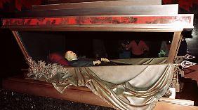 Trotz Putins tiefer Abneigung soll Lenin aber weiter in seinem Mausoleum im Kreml liegen dürfen.