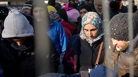 Migranten warten an der slowenisch-österreichischen Grenze. Die Route über den Balkan schließt sich langsam. Was danach passiert, ist unklar.
