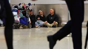 Viele Reisende sind bereits gestrandet, wie hier auf dem Miami International Airport.