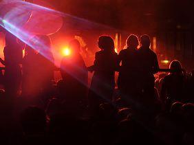 Bisher sei den Ermittlern nichts von sexuellen Übergriffen durch Flüchtlinge in den Clubs bekannt, so die Polizei.