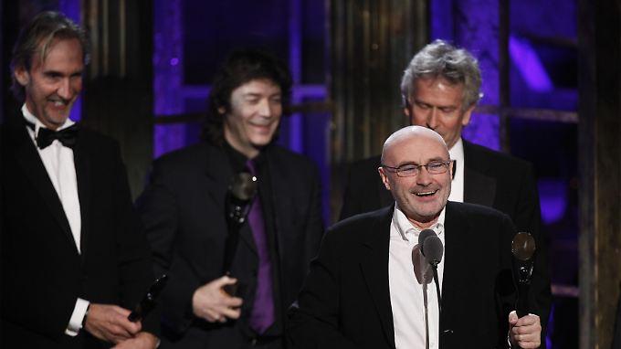 Phil Collins, Mike Rutherford (l), Tony Banks (r) und Steve Hackett kamen 2010 zusammen, um sich ehren zu lassen.
