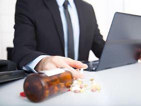 Um im Job leistungsfähig zu bleiben, greift eine Minderheit zu leistungssteigernden Medikamenten. Dahinter steht oft die Angst, sonst nicht bestehen zu können.