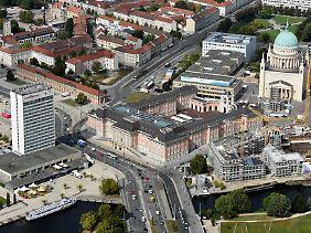 Das Hotel (l.) steht mitten im historischen Zentrum von Potsdam.