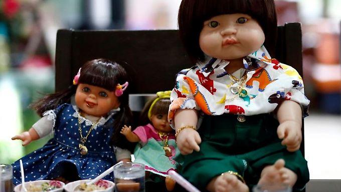 Solche Puppen bekommen im Flugzeug der thailändischen Airline Thai Smile zwar Essen serviert, dafür müssen die Besitzer aber bezahlen.
