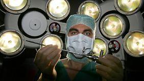 Um einen Termin bei einem Facharzt zu ergattern, warten Kassenpatienten mitunter Monate.
