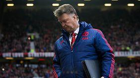 Nichts klappt bei Manchester United. Trainer Louis van Gaal will deswegen den Weg frei machen.