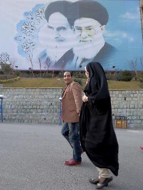 Männer und Frauen müssen im Iran aufpassen, wie sie miteinander umgehen, denn die Moralpolizei schaut genau hin.