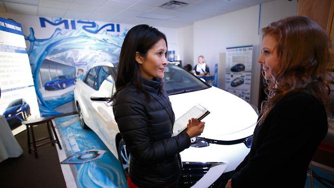 """""""Flirts"""" sehen in der internationalen Automobilindustrie ganz anders aus: Hier unterhält sich US-Schauspielerin Ashely Bell (r.) mit Toyota-Produktspezialist Joyce Brew über den neuen Toyota """"Mirai""""."""