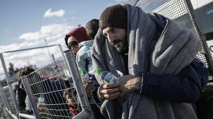 Im Grenzort Idomeni warten Flüchtlinge auf den Einlass in eine Unterbringung.