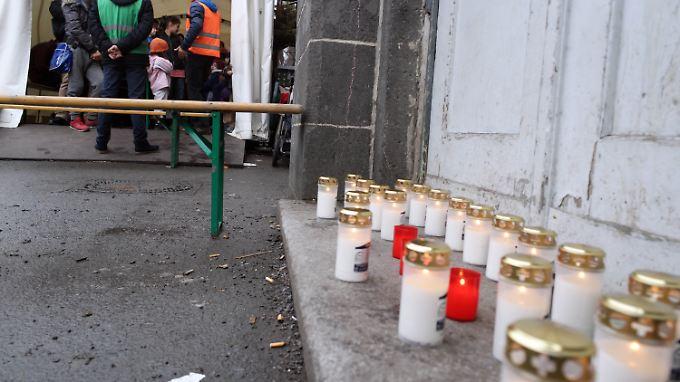 Kerzen vor dem Lageso für den toten Flüchtling, den es wohl nie gegeben hat.