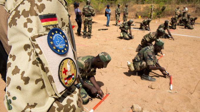 Ein Bundeswehrsoldat bildet im Trainingscamp in Koulikoro in Mali Soldaten aus.