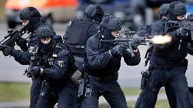 Gauck und de Maizière schauen zu: Anti-Terror-Einheit BFE+ führt Schreckensszenario vor