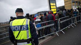 Notfalls unter Zwang: Schweden schiebt bis zu 80.000 Asylbewerber ab