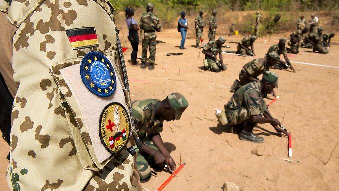 Bundeswehrsoldaten bilden in Koulikoro Pioniere der Armee Malis aus.