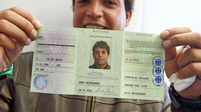 Jasmin Abed aus dem Irak erhält als erster einen Ausweis.