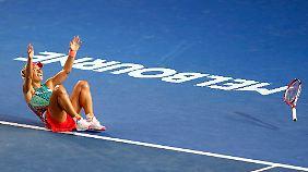 Der letzte Ball von Serena Williams geht ins Aus - und Angelique Kerber sinkt zu Boden.