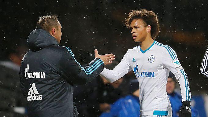 Coach Breitenreiter und Youngster Sané freuen sich über einen Erfolg, der der Schalker Seele gut tut.