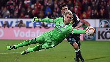 """Mainz-Coach Martin Schmidt hat dagegen gute Laune, weil sein Keeper Loris Karius den Sieg festhielt: """"Das ist ein Wahnsinns-Torhüter."""""""
