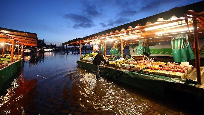 Besucher und Kunden des Fischmarktes bekamen in jedem Fall nasse Füße.