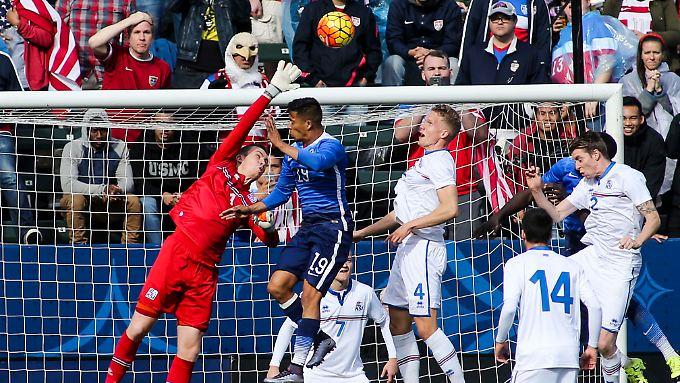 Ist dieser Ball noch zu halte? Islands Torhüter Ogmundur Kristinsson (in Rot) gibt sein Bestes.